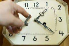 Spola upp en mekanisk klocka för tappning med en vit stor visartavla fotografering för bildbyråer