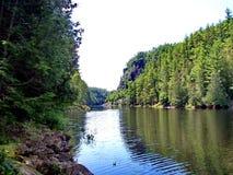 Spolande flod till och med Barron Canyon fotografering för bildbyråer