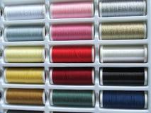 Spolar av färgtrådar Arkivbild