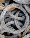 Spolar av gamla galvaniserade trådar med spår av rost royaltyfria foton