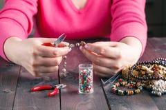 Spolen pryder med pärlor och hjälpmedel för handarbete arkivbild