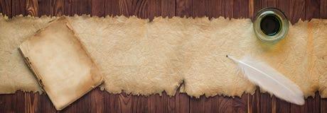Spoletta con inchiostro vicino al vecchio rotolo, fondo per testo nel livello immagine stock libera da diritti