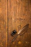 Spoletta a penna ed inchiostro bene sul desktop di legno fotografie stock libere da diritti