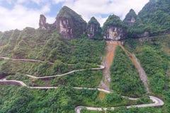 spolning och kurvväg i den Tianmen bergnationalparken, Hunan royaltyfri fotografi