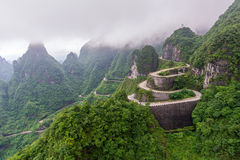 spolning och kurvväg i den Tianmen bergnationalparken, Hunan arkivbilder