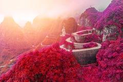 spolning och kurvväg i den Tianmen bergnationalparken, Hunan royaltyfria foton