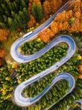 Spolningsväg från passerande för högt berg, i höstsäsong, med den orange skogen royaltyfri foto