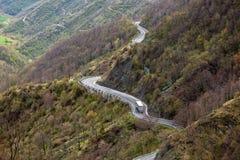 Spolningsväg till och med berg Royaltyfri Fotografi