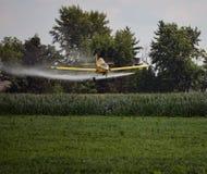 Spolveratore del raccolto che spruzza Bean Field Fotografie Stock