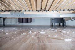 Spolveri sul pavimento di legno sotto il letto Immagini Stock Libere da Diritti