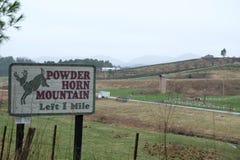 Spolverizzi il bordo del segno della montagna di Horn dal lato della strada fotografie stock