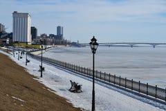 Sponda del fiume alla conclusione dell'inverno Fotografie Stock Libere da Diritti