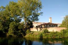 Sponda del fiume di Sile, con gli alberi e le costruzioni, a Treviso nel Veneto (Italia) Fotografia Stock Libera da Diritti