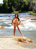 Sponda del fiume diritta del bikini arancio scarno della donna Fotografia Stock