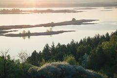 Sponda del fiume sulla mattina lunatica Piccole isole sommerse Fotografia Stock Libera da Diritti