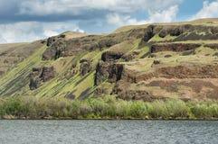Sponde del fiume ripide di roccia Immagine Stock