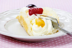 Sponge roll with fresh fruits Royalty Free Stock Photos