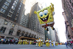 Spongebob en la calle de la ciudad en el desfile de Macy Imágenes de archivo libres de regalías