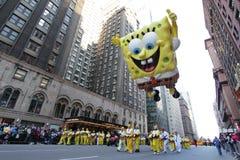 Spongebob sur la rue de ville dans le défilé de Macy Images libres de droits
