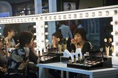 Sponsores cosmétiques de la société AMWAY un cours de maquillage Image stock