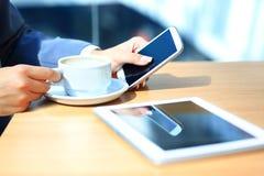 Spontaan beeld van een jonge vrouw die tabletcomputer met behulp van royalty-vrije stock foto's