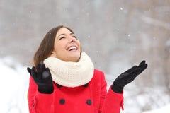 Spontaan gelukkig meisje die van sneeuw in de winter genieten stock fotografie