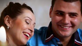 Spontaan gesprek twee mooie mensen Sluit omhoog stock videobeelden
