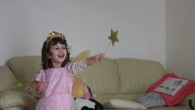Spontaan kind omhoog gekleed als een roze fee SF stock footage