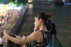 Spontaan korrelig jong die de vrouwengezicht van het nachtbeeld door licht wordt verlicht royalty-vrije stock fotografie
