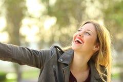 Spontaan meisje gelukkig in een park royalty-vrije stock foto