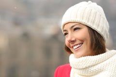 Spontaan meisje met witte tanden en glimlach in de winter stock afbeelding