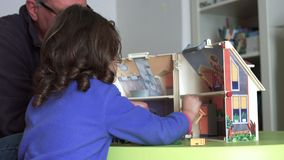 _spontaan millennial kind en papa spelen met poppenhuis terug schietenen SF stock videobeelden