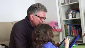 _spontaan millennial kind en papa spelen met poppenhuis terug schietenen SF stock video