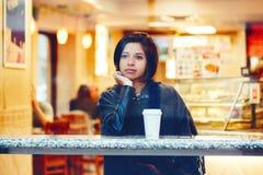 Spontaan portret van de mooie jonge vrouw van het hipster Latijnse Spaanse meisje stock afbeeldingen