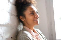 Spontaan portret van een glimlachende jonge vrouw royalty-vrije stock afbeelding