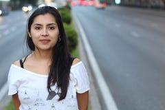 Spontaan van etnische vrouw op de straat royalty-vrije stock fotografie