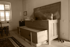Spook dat uit het oude antieke bed komt Royalty-vrije Stock Afbeelding