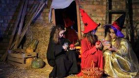 Spook die Heksen op Halloween doen schrikken stock videobeelden