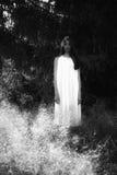 Spook met een wit spookblad wordt behandeld op een landelijke weg die Korrelig geweven beeld stock foto's