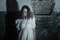 Spook op oude muur als achtergrond Stock Foto's