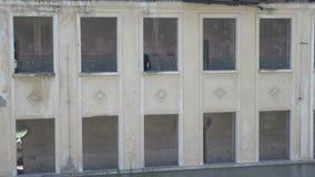 Spook van het gotische meisje lopen op het parterre van beschadigd neoclassic herenhuis die een kaars houden stock video