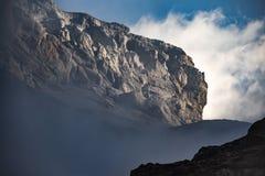 Spookachtige berg het piek tonen van een bewolkte sluier Stock Foto