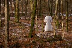 Spookbeeldhouwwerk in bos royalty-vrije stock afbeeldingen