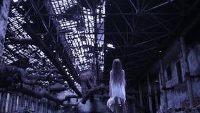 Spookmeisje in de verlaten bouw Industrieel gebouw stock video