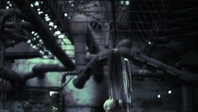 Spookmeisje in de verlaten bouw Industrieel gebouw stock footage