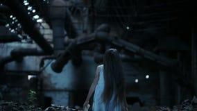Spookmeisje in de verlaten bouw Industrieel gebouw stock videobeelden
