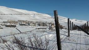Spookstad van Gudym op achtergrond van prikkeldraad van het verre noorden van Rusland stock videobeelden