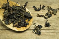 Spoon of dried tea leaves on wooden Royalty Free Stock Images