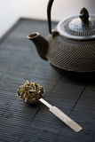 Spoon of green tea and teapot Stock Images