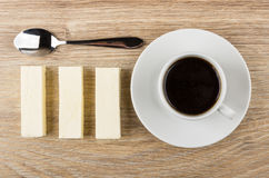 Spoon, row of marshmallow sticks and cup of black coffee Royalty Free Stock Photos